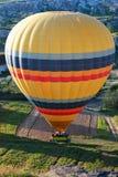 Landning av en ballong för varm luft i Cappadocia, Turkiet Royaltyfri Fotografi