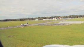 Landning av en passagerarflygplan på flygplatsen Sikt från kabinen av nivån till och med hyttventilen Sommar dag lager videofilmer