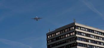 Landning av flygplan i Innsbruck royaltyfri fotografi