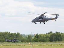 Landning av helikoptern MI-35 Arkivbilder