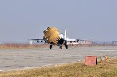 Landning av militärt flygplan Arkivbilder