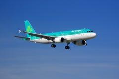 Landning för Aer Lingus flygbuss A320 Royaltyfria Bilder