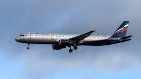 Landning för Aeroflot flygbuss A320 på den Heathrow flygplatsen Royaltyfri Bild