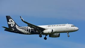 Landning för Air New Zealand flygbuss A320 på Auckland den internationella flygplatsen Fotografering för Bildbyråer