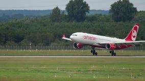 Landning för Airberlin flygbuss A330 arkivfilmer