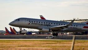 Landning för amerikanEagle Airlines flygplan royaltyfri foto