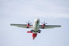 Landning för ATR 72 Royaltyfria Bilder
