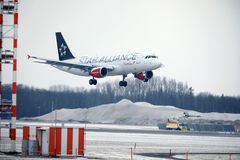 Landning för Austrian Airlines flygbuss A320-200 OE-LBZ i den Munich flygplatsen, vintertid Royaltyfri Fotografi