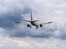 Landning för bakre sikt för trafikflygplan Royaltyfri Fotografi