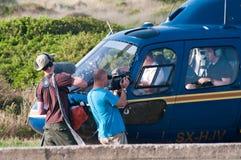 Landning för BBC-filmlag i helikoptern, Grekland Arkivfoto