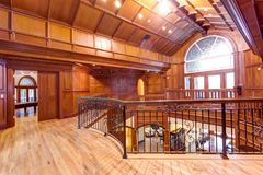 Landning för det andra golvet som betonades med trä, paneled väggar och taket arkivfoton