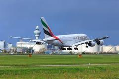 Landning för emirater A380 på den Schiphol flygplatsen Arkivfoto