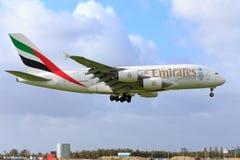 Landning för emirater A380 på den Schiphol flygplatsen Royaltyfri Fotografi