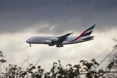 Landning för emiratflygbuss A380 Royaltyfri Foto