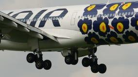 Landning för FINNAIR A340 på den Narita flygplatsen stock video