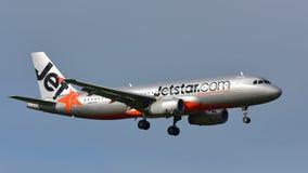 Landning för Jetstar Airways flygbuss A320 på Auckland den internationella flygplatsen Royaltyfria Foton