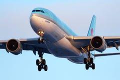 Landning för Korean Air flygbuss A330-200 HL7539 på Sheremetyevo den internationella flygplatsen Arkivfoton