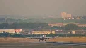 Landning för Lufthansa flygbuss A340 stock video