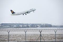 Landning för Lufthansa flygbuss A321-200 D-AIDP i den Munich flygplatsen, MUC Arkivfoton
