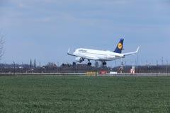 Landning för Lufthansa flygbuss A320-200 D-AIUO på flygplats Arkivfoton