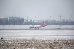 Landning för luftMalta stråle på den Munich flygplatsen, snö på landningsbanor arkivfoton
