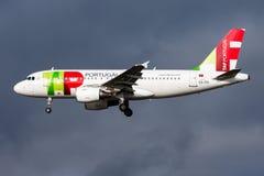 Landning för nivå för passagerare för KLAPPAir Portugal flygbuss A319 CS-TTI på den Frankfurt flygplatsen royaltyfri bild
