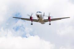 Landning för propellernivå med moln Royaltyfri Fotografi