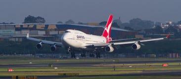 Landning för Qantas Boeing 747 stråltrafikflygplan i Sydney Arkivbild