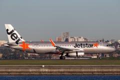 Landning för trafikflygplan för Jetstar Airways flygbuss A320 på Sydney Airport Royaltyfri Foto