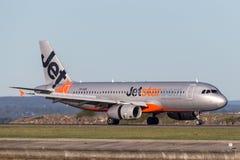Landning för trafikflygplan för Jetstar Airways flygbuss A320 på Sydney Airport Arkivfoto