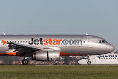 Landning för trafikflygplan för Jetstar Airways flygbuss A320 på Sydney Airport Royaltyfri Bild