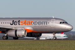 Landning för trafikflygplan för Jetstar Airways flygbuss A320 på Sydney Airport Arkivfoton