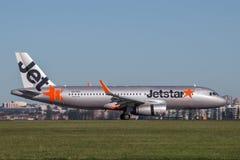 Landning för trafikflygplan för Jetstar Airways flygbuss A320 på Sydney Airport Royaltyfria Foton
