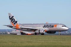 Landning för trafikflygplan för Jetstar Airways flygbuss A320 på Sydney Airport Arkivbild