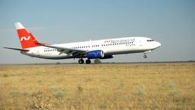 Landning för trafikflygplan för Nord vindföretag på landningsbana lager videofilmer