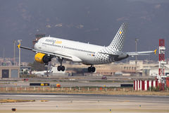 Landning för Vueling flygbuss A320 på Barcelona Arkivfoton