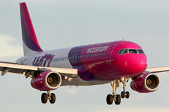 Landning för Wizz Air flygbuss A320 HA-LWK på Ruzyne internationalairp Royaltyfria Bilder
