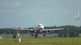 Landning f?r flygbuss A319 stock video