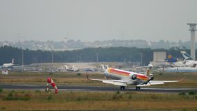 Landning f?r Iberia regional Bombardier CRJ-1000 lager videofilmer