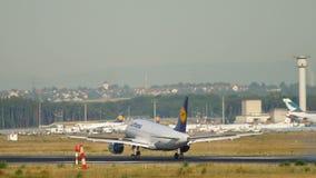 Landning f?r Lufthansa flygbuss A319 arkivfilmer