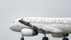 Landning f?r Turkish Airlines flygbuss A320 stock video