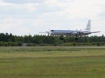Landning IL-18 på en flygshow Arkivfoto