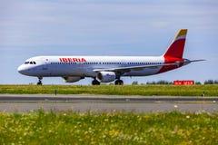 Landning och ankomster på den Vaclav Havel flygplatsen, Prague, Iberia luft royaltyfri bild