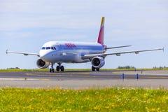Landning och ankomster på den Vaclav Havel flygplatsen, Prague, Iberia luft royaltyfria bilder
