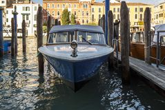 Landningetapp med motorbåtar i Venedig, Italien, 2016 Arkivbilder