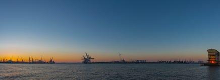 Landningetapp och hamnen i den Hamburg - Hamburg hamnen royaltyfria bilder