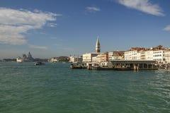 Landningetapp och Klocka för Campanile för St Mark ` s torn i Venedig, det Royaltyfri Foto