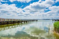 Landningetapp på en sjö med blå himmel Arkivfoto