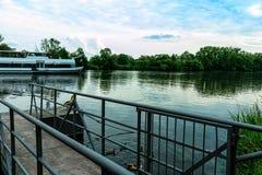 Landningetapp på flodströmförsörjningen på den Phillipsruhe slotten i Hanau, Tyskland Royaltyfri Fotografi