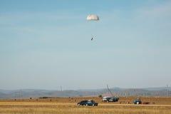 Landningfallskärmshoppare mot bakgrunden av höstlandskapet Fotografering för Bildbyråer